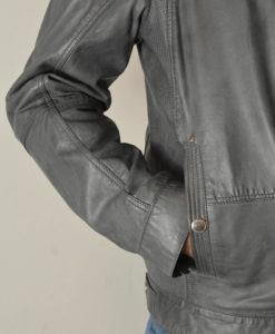 Blouson-en-cuir-gris-empiecements-perfores-sur-les-cotes-style-moderne-et-urbain_3854