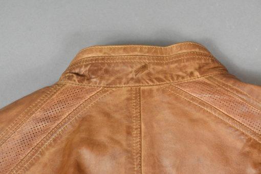 SUITE 61 Blouson en cuir teinte acajou, empiècements perforés sur les côtés, style moderne et urbain.