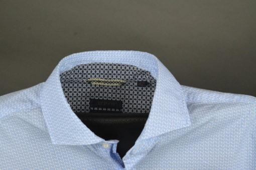 Détail encolure Chemise manches longues à motifs et à la doublure contrastée. Chic et originale.