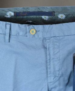 De Marque ATPCO Pantalon chino bleu glacier, doublure fleurie, style casual et frais.