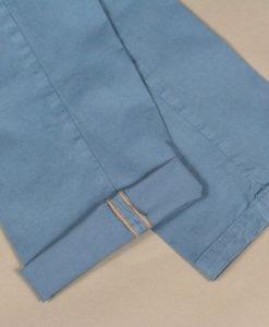 Pantalon chino bleu glacier, doublure fleurie, style casual et frais.