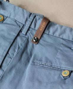ATPCO Pantalon chino bleu glacier, doublure fleurie, style casual et frais.