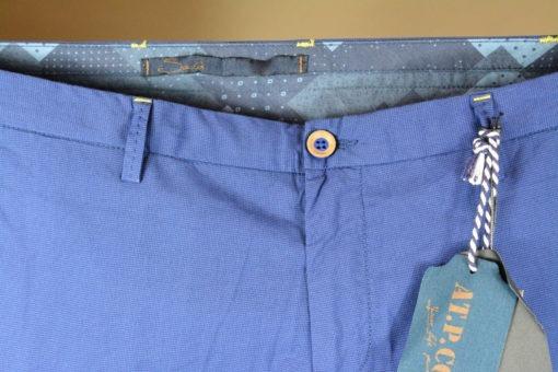 Boutonnage du pantalon chino bleu, style printanier.