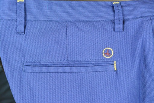 Détail poche arrière, Marque A.T.P.C.O, Pantalon chino bleu, style printanier.