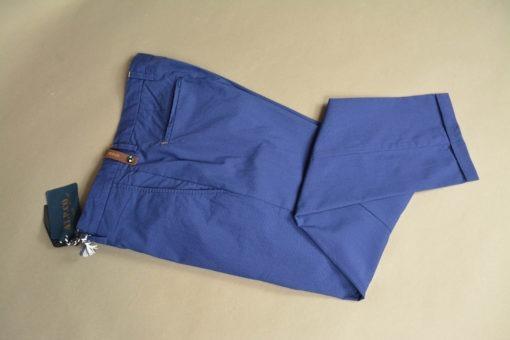 Finition revert en pied de pantalon chino bleu, style printanier.