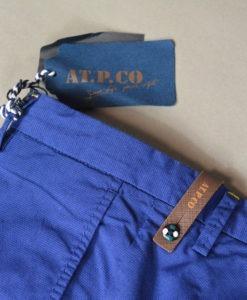 Marque A.T.P.C.O, Pantalon chino bleu, style printanier.