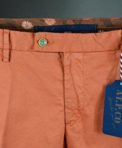 ATPCO BOUTIQUE SUITE 61 Pantalon chino couleur carotte doublure fleurie, style casual et frais.