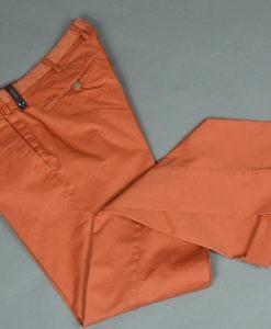 BOUTIQUE SUITE 61 Pantalon chino couleur carotte doublure fleurie, style casual et frais. Marque ATPCO