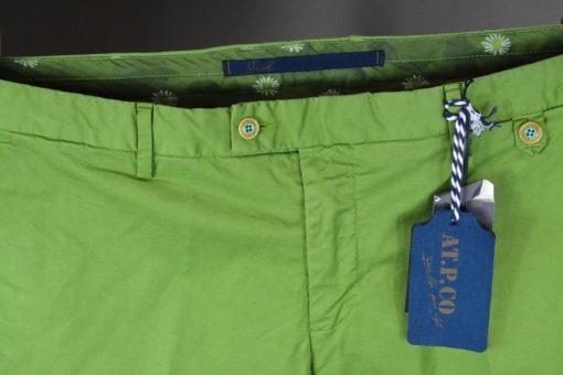 Pantalon chino vert prairie doublure fleurie, style casual et frais.