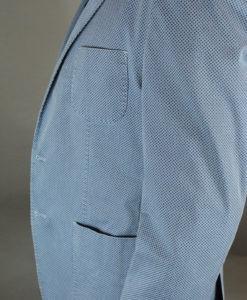 Vue de côté de la veste deux boutons bleue motif quadrillage en losange, style urbain.