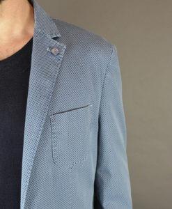 Boutonnière, veste deux boutons bleue motif quadrillage en losange, style urbain.