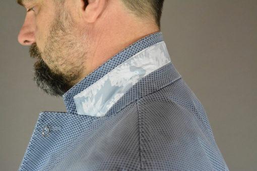 Encolure finition, veste deux boutons bleue motif quadrillage en losange, style urbain.