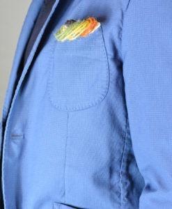 Détail pochette de la Veste deux boutons d'un bleu lumineux, style urbain.