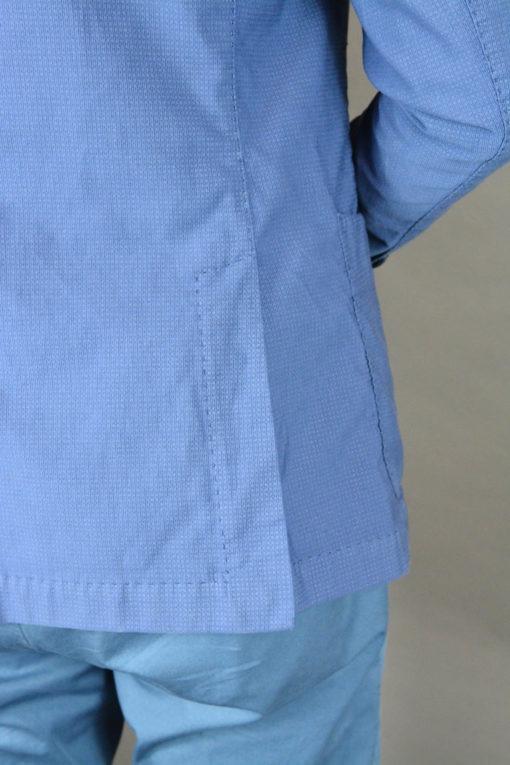 Détail Veste deux boutons d'un bleu lumineux, style urbain.