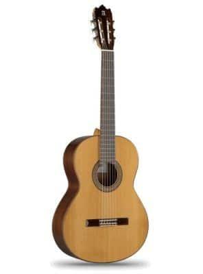 ALHAMBRA 459 une sonorité profonde et définie, un timbre très agréable qui caractérise la marque Alhambra. Un modèle parfait pour l'étude sérieuse de la guitare classique.